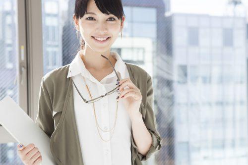 定番の白シャツ…寂し過ぎ?「小物投入」でオシャレに見せるワザ3つ