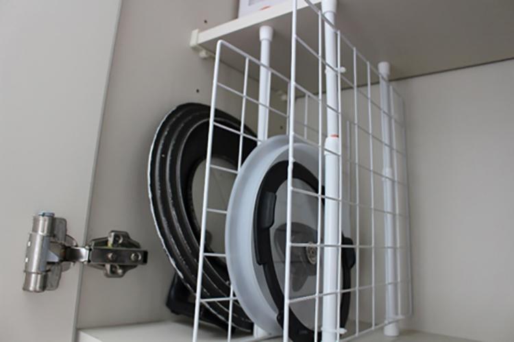 鍋のフタもスッキリ収納!突っ張り棒を「縦に使った」収納アイデア3つ