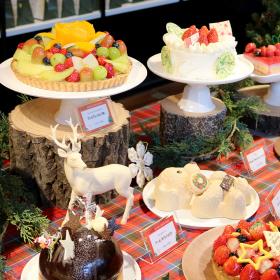 緑のチョコツリーに熊のぬいぐるみ!? 個性派クリスマスケーキが駅ナカに登場