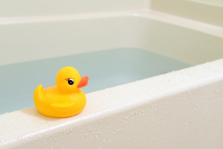 みんなは何歳からNGと思う?「娘とパパが一緒にお風呂」ママ104人の正直な意見は…