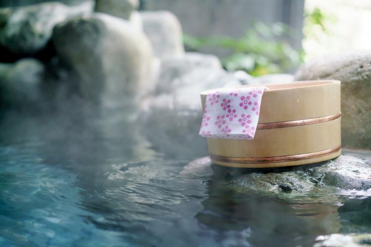 入浴しても問題ない?医師が教える「生理中の温泉」にまつわる疑問