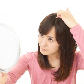 薄くなったかも…!? 医師に聞く「加齢による女性の薄毛・抜け毛」原因と対策