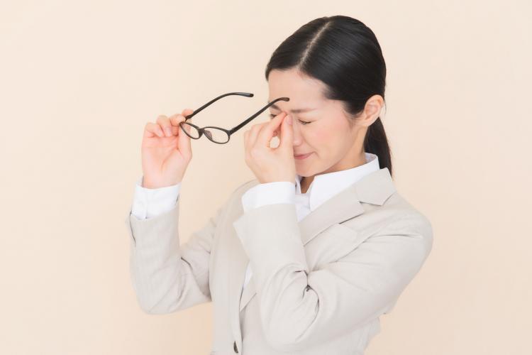 ずっしり重い…眼の疲れと頭痛に!鍼灸師が教える「簡単ツボ押し」3つ