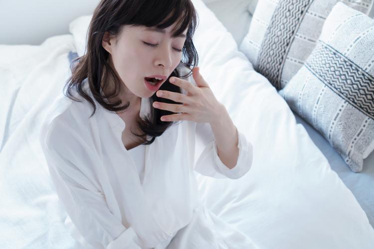 朝起きるのがツライ…原因はスマホ夜更かし!? 働く女性の睡眠問題