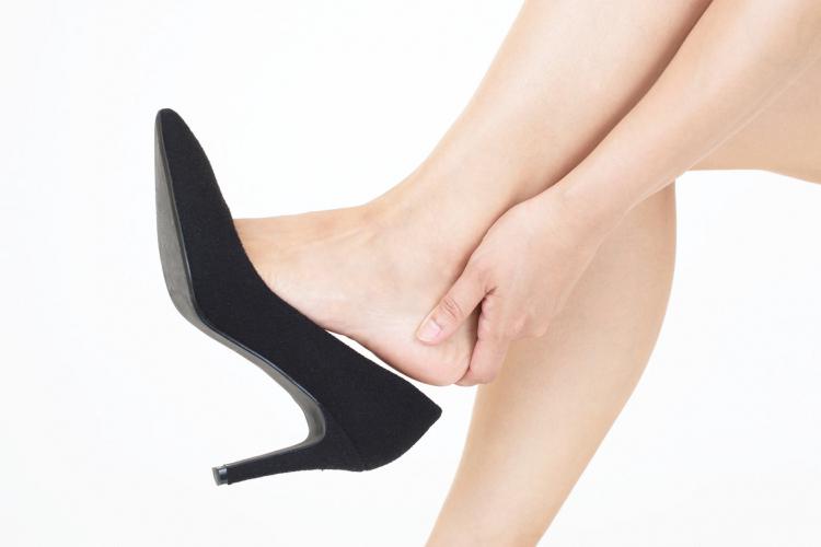 足腰ツラすぎ!立ち仕事の「腰痛&足のダルさ」を和らげるツボ押し3つ