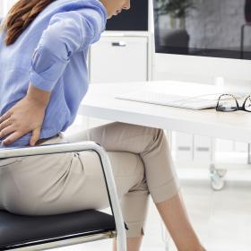 通勤中にも試してみて!「腰痛」に効くツボ押し&セルフケア