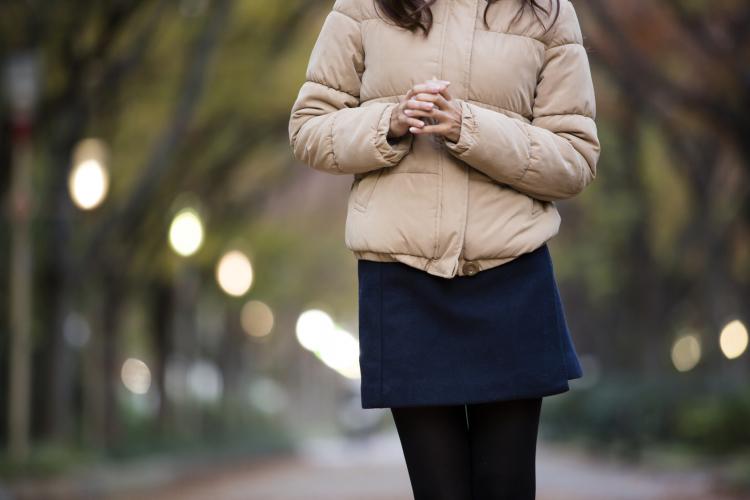 ダウンに黒タイツ…「真冬の服装」はいつまでアリ?世代別アンケート