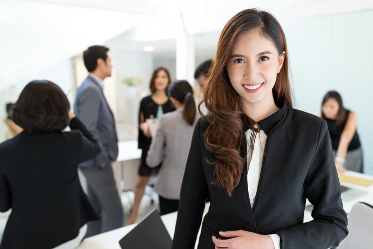 意見が通りやすいのはどんな服?「会議でのノンバーバル」顔・表情・服装編