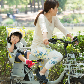 抱っこひも乗車も?今すぐやめるべき「子ども乗せ自転車」危険行為6つ