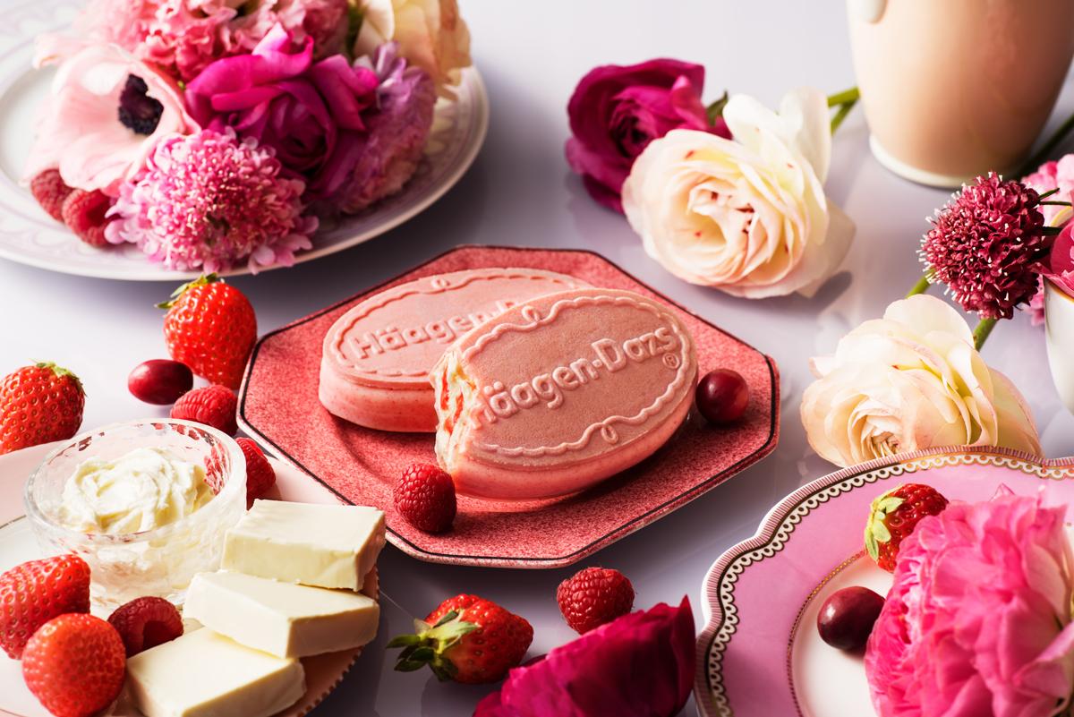 初めてのピンク色!「3種ベリーのレアチーズ」ハーゲンダッツのクリスピーサンドが新発売