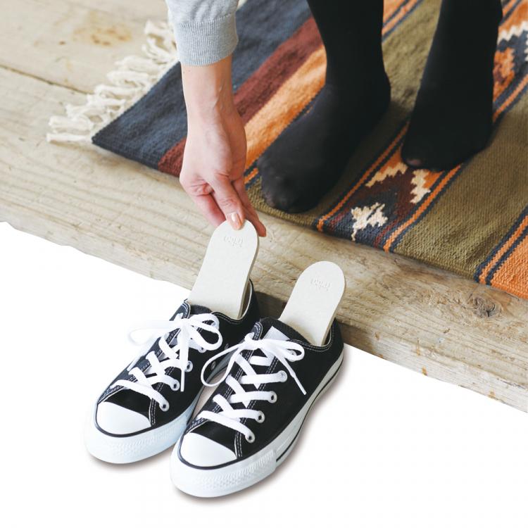 靴のイヤ~な湿気・ニオイに!靴専用「珪藻土の除湿・消臭プレート」が登場