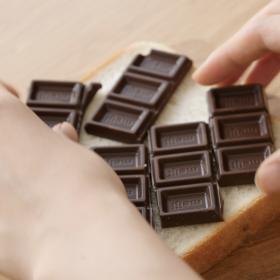 とろーりチョコで幸せ~!「チョコサンドといちごのトースト」レシピ