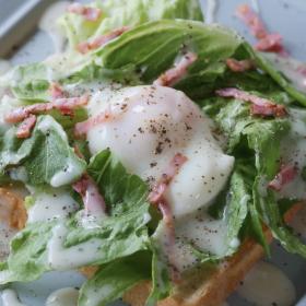 サッパリ野菜に卵トロリ!朝食におすすめ「シーザーサラダトースト」のレシピ