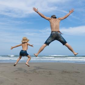 海に行ったら「はだしになっちゃえ」! 足の裏で感じる夏の絵本【絵本ナビ編集長select 7月】