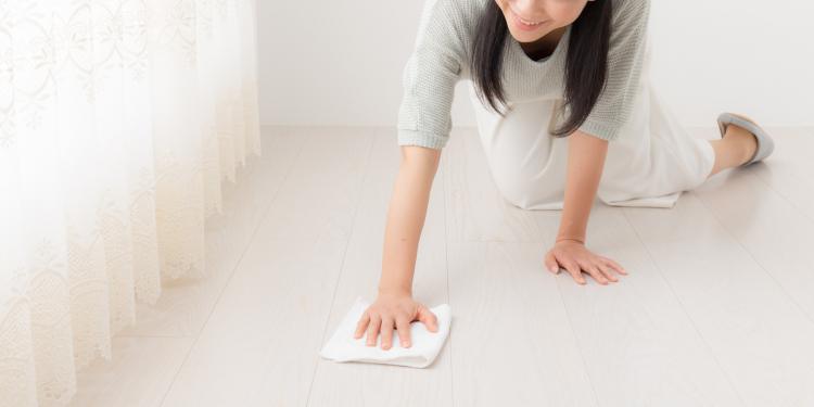 重曹でフローリングやカーペットを掃除する方法…消臭・汚れ落としにも便利!