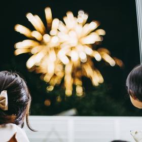 朝からソワソワ! 家族みんなが楽しみ「花火大会の絵本」【絵本ナビ編集長select 8月】