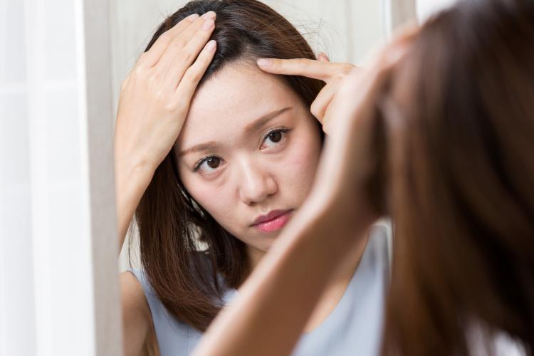 見つけちゃった白髪…どうしてる?40代女性の白髪対策「自宅ケア派vsサロン派」多かったのは…