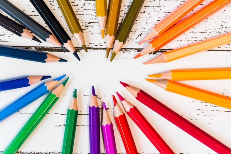 色で気持ちをあらわすと…?子どもの感性を刺激する「色の絵本」【絵本ナビ編集長select 8月】