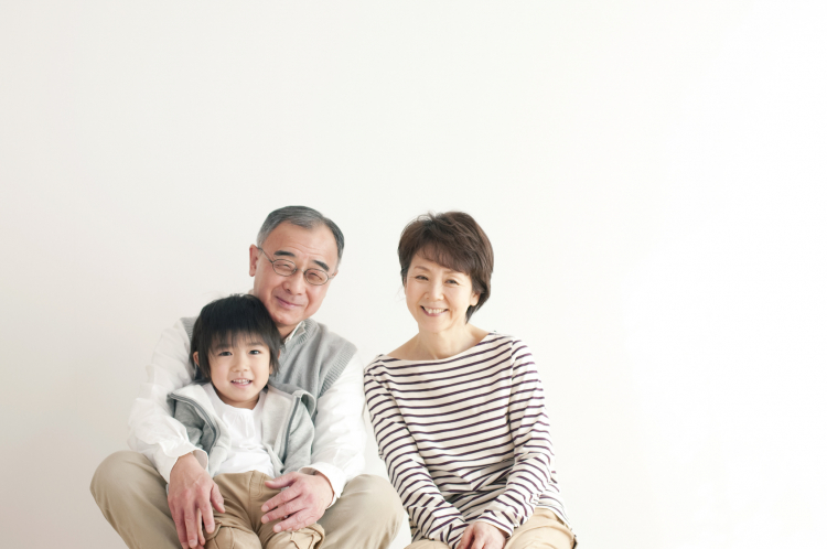 敬老の日「おじいちゃん・おばあちゃん」と呼ばれて抵抗がないのは何歳から?世代別アンケート