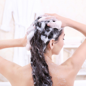 頭がかゆいと白髪が生える?頭皮環境を悪くするNG習慣【医師が教える女の白髪メモ#4】