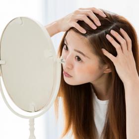 白髪を1本、2本…見つけたら!知っておきたい「白髪の原因とメカニズム」【医師が教える女の白髪メモ#1】