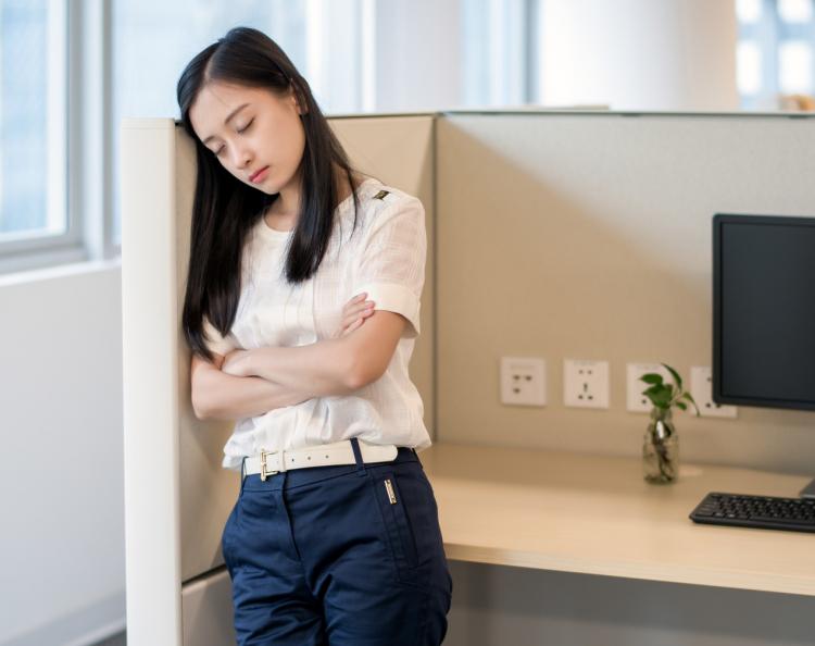 仕事中に猛烈な睡魔が…500人に聞いた!会社で実践している「眠気覚まし方法」
