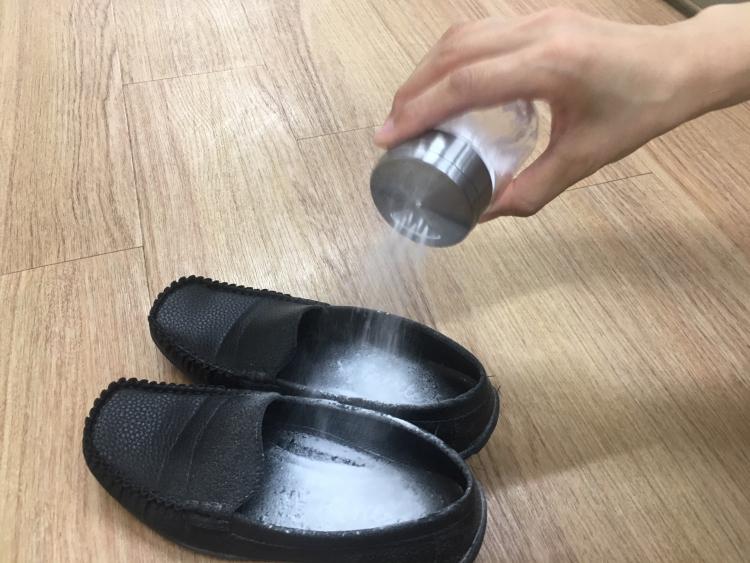 重曹で靴のイヤなニオイも取れる?重曹を活用した靴の臭いケアの