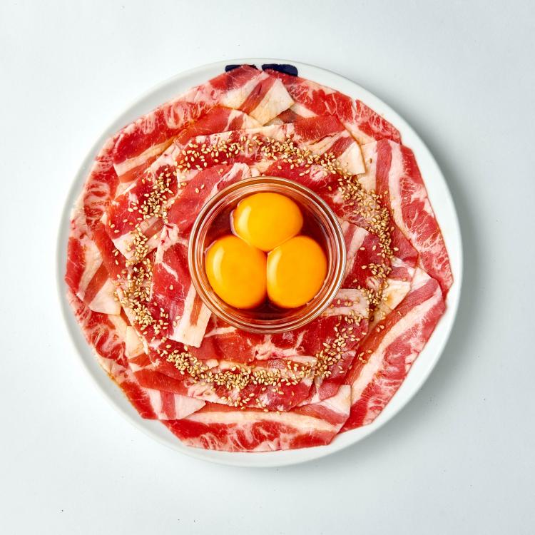 たっぷり卵の特製ダレにからめてペロリ!牛角から「超月見カルビ」が期間限定発売