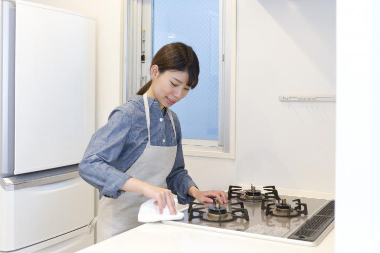 【汚れ度レベル別】重曹を使ってコンロを掃除する方法…油汚れもコゲ汚れも解消