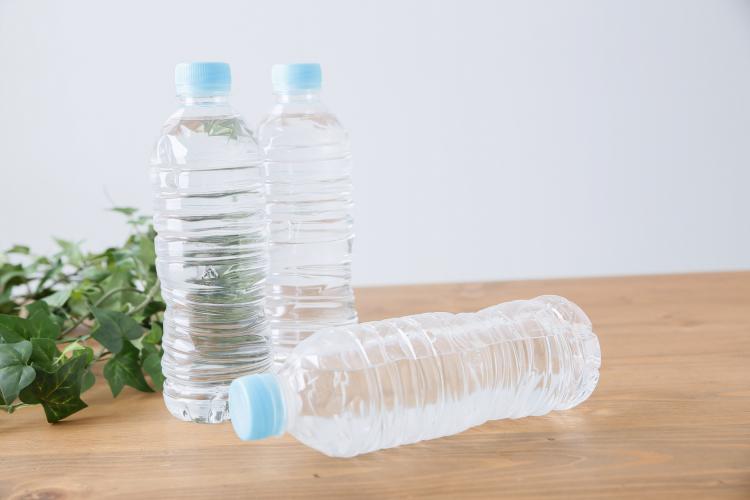 ストックの常備水をまとめて保管!「ペットボトル」の上手な収納術【kufura収納調査隊】vol.49