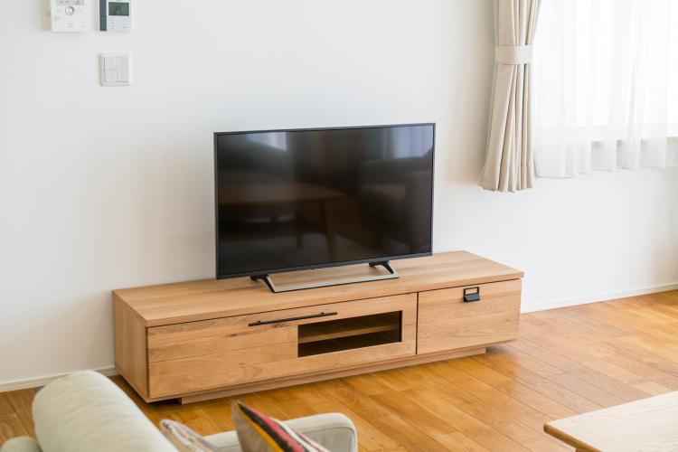 テレビ台、上手に使えてる?100均アイテムも人気「テレビ台」収納法【kufura収納調査隊】vol.54
