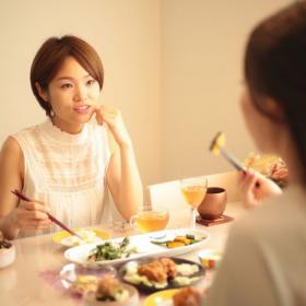 他人がやってると気になっちゃう…「自分は気をつけよう」と思った食事のNGマナー