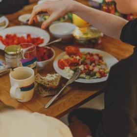 糖質制限しなくてもOK!組み合わせることで太りにくい体をつくるズルい食べ方3選【ズルイ食べ方#2】