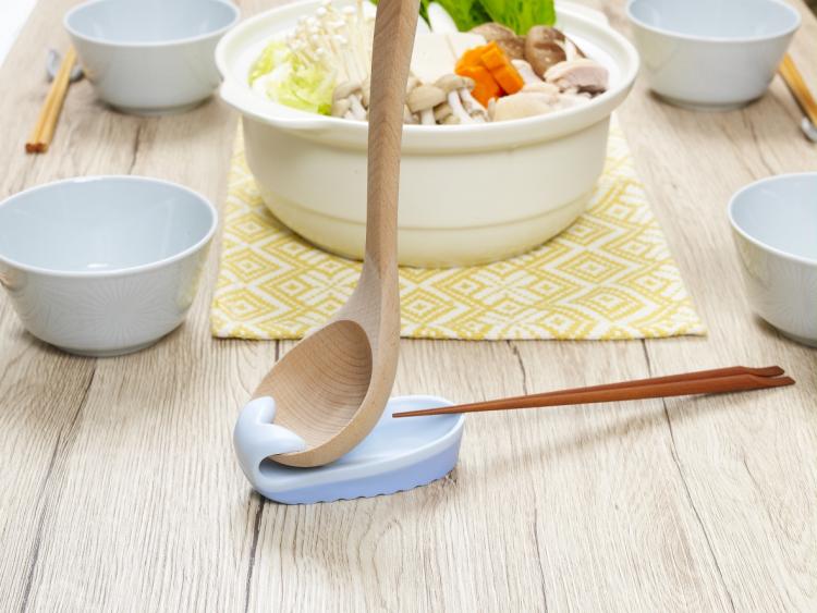 1つで何役も!お鍋や料理のときに活躍する「おさかなお玉立て」が菜箸も置けて便利