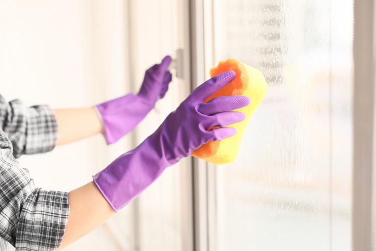 重曹で窓ガラスをぴかぴかに!重曹を使った窓拭きとパッキンのカビの対処法