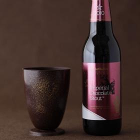 チョコビールを注いで飲んで、バリバリ食べる!「チョコレート製グラスセット」限定発売