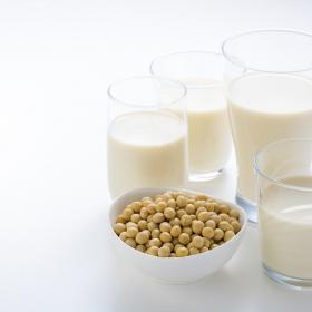「豆乳に混ぜて飲むと美味しいもの」ココア、きな粉、甘酒…女性500人のアイディア続々!