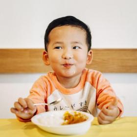子どもがモリモリ食べたくなる「魔法のカレー皿<子ども用>」見つけました!