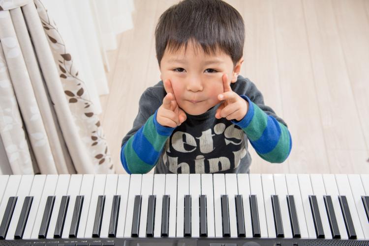 大人になって思う「子ども時代にやってよかった習い事」3位ピアノ、2位そろばん、1位は…