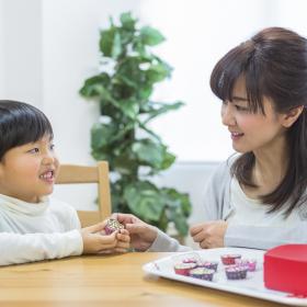 「息子がもらったチョコのお返し」どうしてる?小学生の男の子ママに聞くホワイトデー事情
