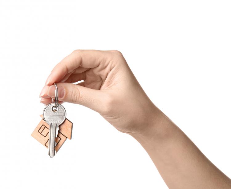 外出中「自宅の鍵」はどこに入れてますか?バッグの内ポケ、財布の中…真似したい工夫も