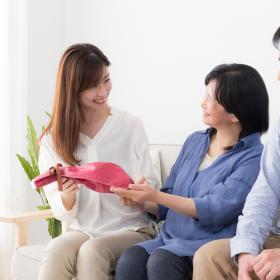 義理の母に「母の日のプレゼント」何割が送ってる?既婚女性430人の実態は…