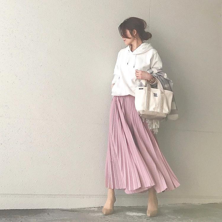 一気に春めく「カラースカート」いま大人が選ぶべき色は?【kufuraファッション調査隊】