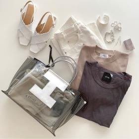 流行の「PVCバッグ」おしゃれさんのセレクトは色やハンドルに変化あり【kufuraファッション調査隊】