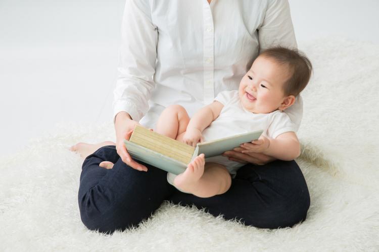 赤ちゃんにいつから読み聞かせする?月齢にあった本の選び方は?【絵本ナビ編集長の読み聞かせ相談】♯6