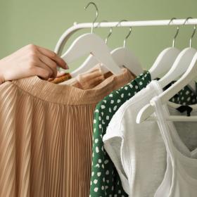 その日の朝or前日?それぞれの言い分は…「毎日の洋服を服いつ選ぶか」女性500名に調査