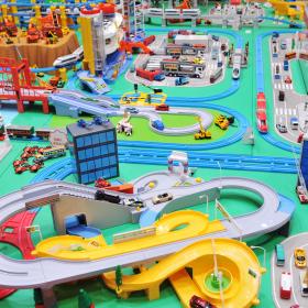 車両とレールは分ける?「プラレール」片付けやすく遊びやすい収納法【kufura収納調査隊】vol.61