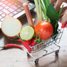 水や米だけじゃない!皆が「あえてネットで購入している食料品」とその理由とは
