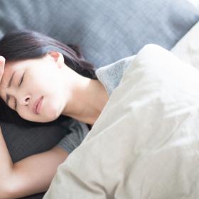裸で寝ても、暑いものは暑いッ!私流「寝苦しい夜」の暑さ対策アンケート