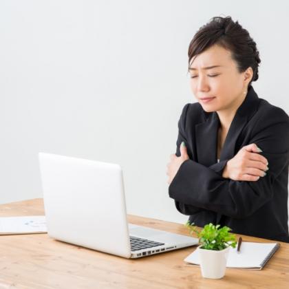 夏だけど…カイロ必須⁉ 働く女子がやってる「オフィスの冷え対策」調査